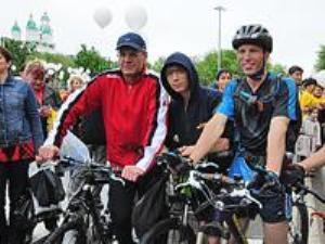 Астраханский губернатор пересел на велосипед 2537549